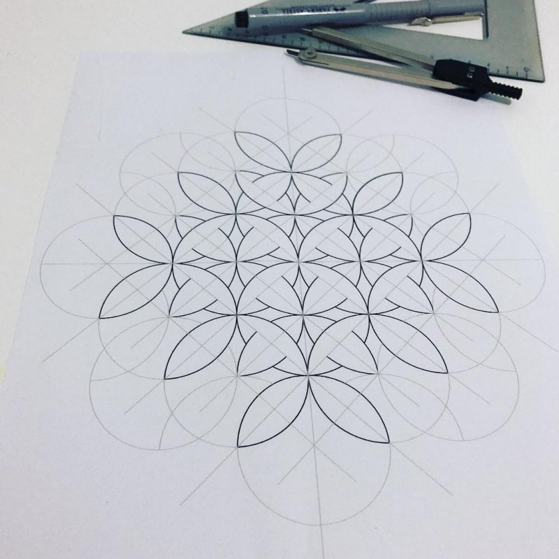 Ornament drawing using circles of the same diameter and lines of with the same length